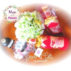 HAMPERS | MANYUE | SOUVENIR AQIQAH | SOUVENIR WEDDING BANDUNG | HAMPERS MANYUE BANDUNG | GOODIE BAG ULANG TAHUN BANDUNGSOUVENIR PERNIKAHAN BANDUNG | Towel custom wine Kami Gracia Gift Bandung menyediakan berbagai macam hampers untuk berbagai keperluan seperti souvenir ulang tahun, souveniKr manyue, baby shower souvenir, souvenir pernikahan bandung dll